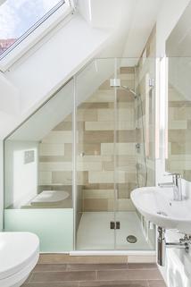 Duschbad Exzellent sanierte 3,5-Zimmer-Dachgeschoss-Wohnung in prächtigem Stadtpalais