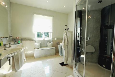 Badezimmer Nebenhaus Herrschaftliches Villenanwesen mit Parkanlage