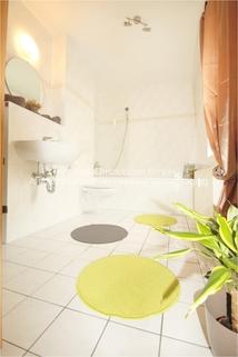 Tageslichtbad mit Badewanne und Glasduschwand AbacO Immobilien*TIPP: Schick möbliertes Cityappartment, EBK,TLB Wanne 1.OG im Stadtzentrum Leipzig