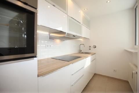 Große Küche mit Fenster Luxuriös renovierte 1-Zi.-Whg. mit Süd-Balkon und separater Küche mit Fenster in Planegg