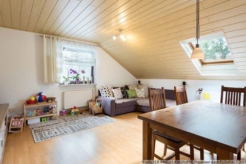 Wohnzimmer WALSER: Seltene Gelegenheit: Außergewöhnliche 3-Zimmer-Dachgeschoß-Wohnung im Zweifamilienhaus