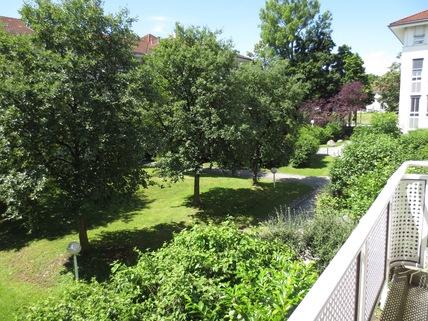 Blick vom Balkon **An den Isarauen**Lichtdurchflutete 2-Zimmer-Wohnung mit Balkon in Unterföhring**
