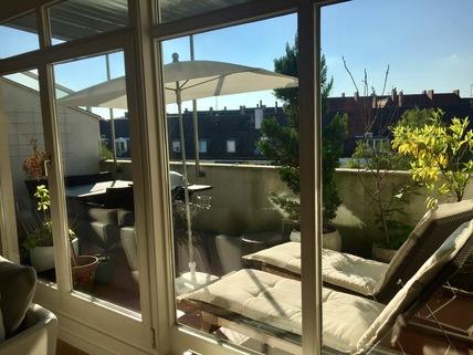 Terrasse im Sommer Glockenbachviertel: 3 Zimmer Dachterrassenwohnung mit Kamin zu vermieten