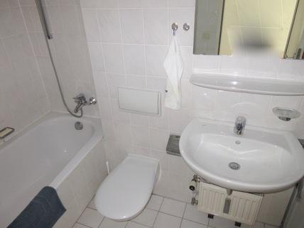 Bad mit Wanne und.... **An den Isarauen**Lichtdurchflutete 2-Zimmer-Wohnung mit Balkon in Unterföhring**