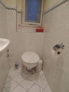 Mitarbeiter-WC Praxisräume der Extraklasse in Stilaltbau