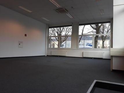 Erhöhte Fläche Ausstellungsfläche/Büro/Schauraum im BIZ Wels