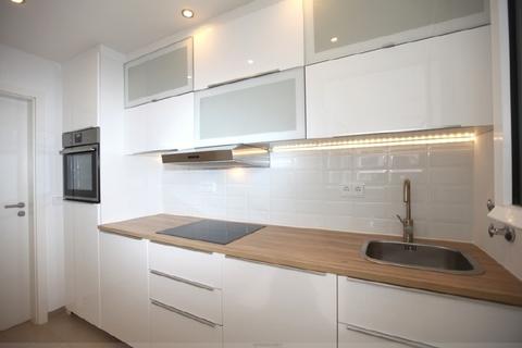 Schicke neue Einbauküche Luxuriös renovierte 1-Zi.-Whg. mit Süd-Balkon und separater Küche mit Fenster in Planegg