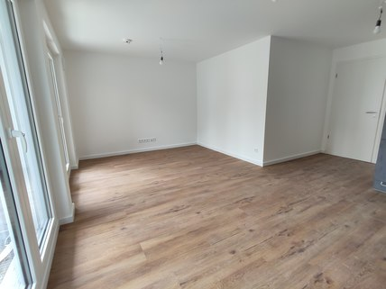 Wohnzimmer Erstbezug: Erdgeschosswohnung mit EBK, Hobbyraum und Garten! !