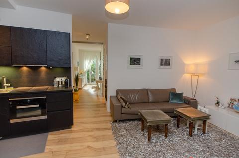 Wohnbereich und Küche Eisbach-Privatzugang! Exklusive Erdgeschosswohnung über 2 Etagen (EG/UG)