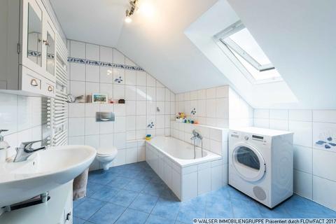 Badezimmer WALSER: Seltene Gelegenheit: Außergewöhnliche 3-Zimmer-Dachgeschoß-Wohnung im Zweifamilienhaus