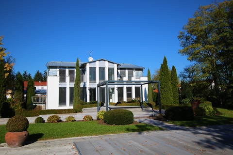 Bild 3 Moderne, lichtdurchflutete Villa mit Pool