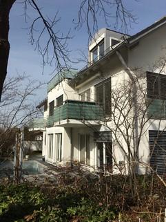 Hausansicht Mit Blick in den Park: Helle 3-Zi-Wohnung im 1.OG mit EBK, 2 Bäder und 2 große Balkone!