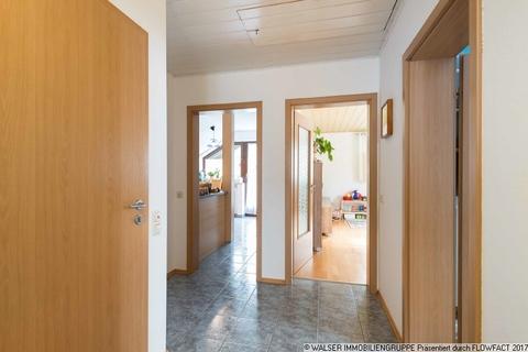 Diele WALSER: Seltene Gelegenheit: Außergewöhnliche 3-Zimmer-Dachgeschoß-Wohnung im Zweifamilienhaus