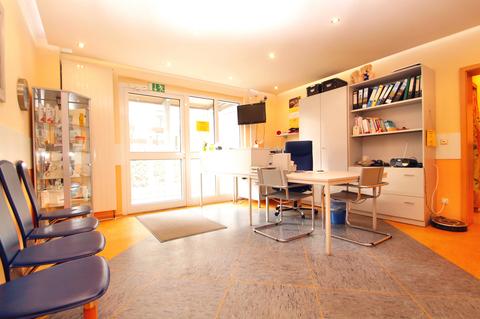 mit großem hellem Eingang Große Gewerbeeinheit mit attraktiver 218 m² Fläche in zentraler Rostocker Stadtlage.