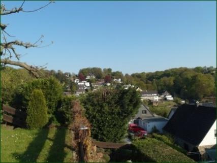 Aussicht vom Garten aus Schicke Wohnung mit Garten, Terrasse, Stellplatz und wunderschönem Ausblick ins Tal