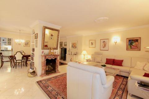 Wohnzimmer mit Kamin Reserviert: Familienglück - Modernes Quattrohaus mit schön angelegtem Garten in bester, ruhiger Lage Harlaching