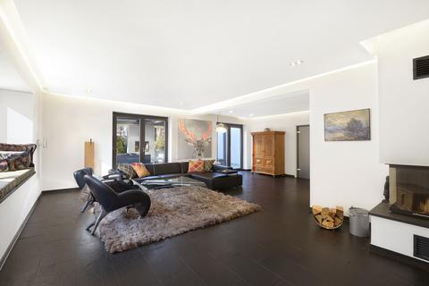 Wohnzimmer mit Kamin Modernes Familiendomizil mit ca. 269 m² und Traumgarten