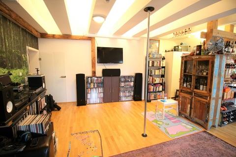 Loftartiges Wohnzimmer mit Deckendurchbruch Wohnen im Herzen des Weltkulturerbes