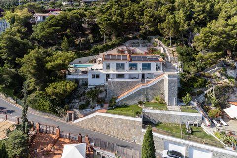 Drone Wunderschöne zeitgenössische Villa in Andora - ITA