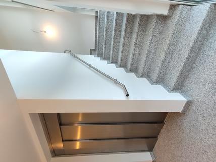 Beispiel Treppenhaus Erstbezug: 1,5-Zi-Wohnung 1. OG, Balkon + Marken-Einbauküche!