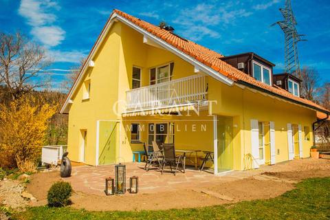 Haus-vorne-tarasse-treppe-gartne-hinten *** Traumhaftes Einfamilienhaus sucht Kapitalanleger! ***