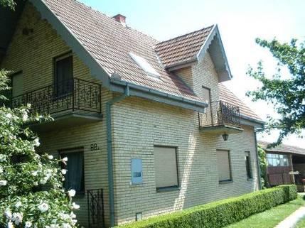 PYU0013_mvc-001f.jpg Wohnhaus mit Gemüsegarten