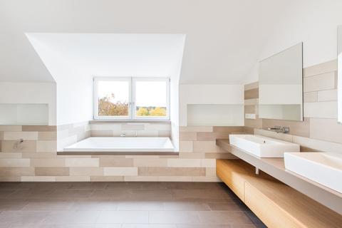Masterbad Exzellent sanierte 3,5-Zimmer-Dachgeschoss-Wohnung in prächtigem Stadtpalais