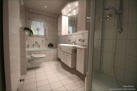 1.OG_Bad Wohn- und Geschäftshaus mit Laden - und Lagerflächen auf 2 Etagen mit zusätzlichen Garagen!