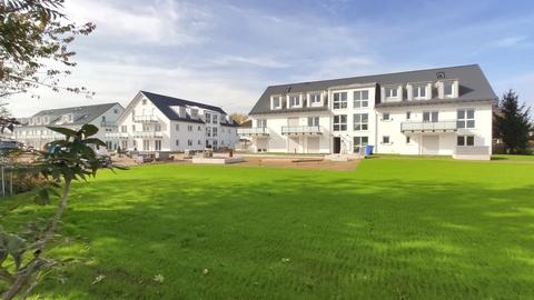 Hausansicht Erstbezug: 1,5-Zi-Wohnung 1. OG, Balkon + Marken-Einbauküche!