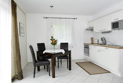 Bild 2 FLATHOPPER.de - Mitten im Grünen: 2-Zimmer-Wohnung mit Terrase, Garten und Parkplatz in Bad Endorf