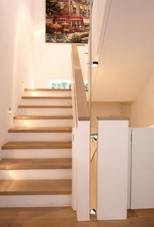 Treppe zum OG Lichtdurchflutetes zeitlos modernes Einfamilienhaus mit natürlich angelegtem Felsenpool ruhige Lage