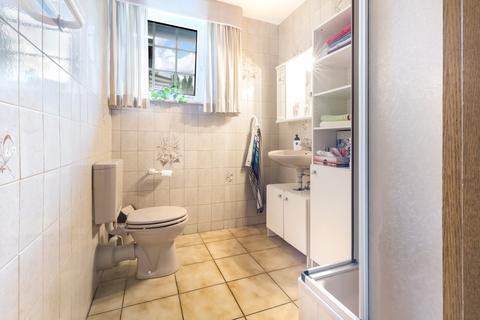 Duschbad im EG Gepflegtes Fachwerkanwesen mit Privatsee und Nebengebäuden
