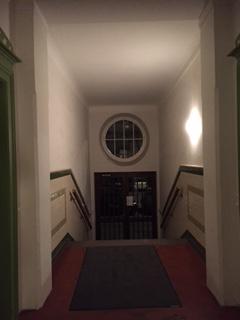 Eingangsbereich Maxvorstadt/zu Verkaufen: Altbau 3 Zimmer Whg. mit Balkon und Lift