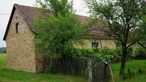 PHR0130_mvc-001f.jpg Ein altes Haus mit einem grossen Hof