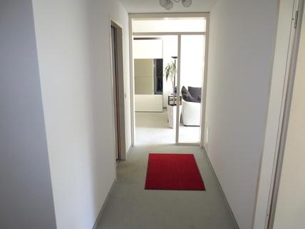 Diele Blick ins Wohnzimmer **An den Isarauen**Lichtdurchflutete 2-Zimmer-Wohnung mit Balkon in Unterföhring**