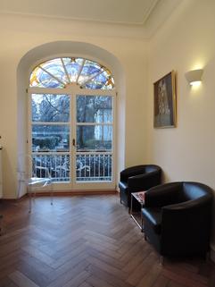 Empfangszimmer mit Balkon Praxisräume der Extraklasse in Stilaltbau