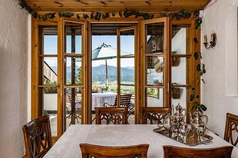 Esszimmer mit Zugang auf eine der sonnigen  Aussichtsterrassen NATURSCHÖNHEIT!<br /> Traumhaus mit Bergblick<br /> - 20 Min. in die Stadt Salzburg!