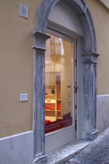 Eingang Laden Gardasee - SALO: Schönes Ladengeschäft direkt am Dom zu verkaufen