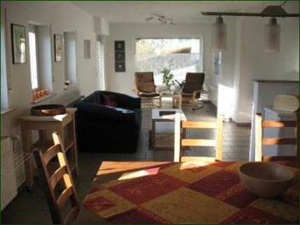 Blick vom Esstisch in den Wohnbereich AbacO: Schicke Wohnung mit Garten, Terrasse, Stellplatz und wunderschönem Ausblick ins Tal