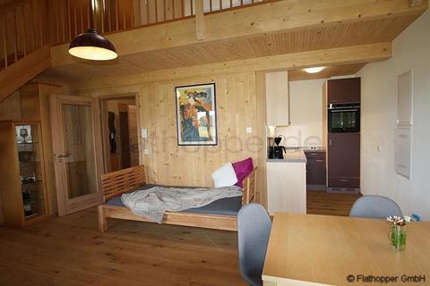 Bild 3 FLATHOPPER.de - 1,5 Zimmer-Galerie-Wohnung im Holzhaus mit Balkon -  bei Otterfing