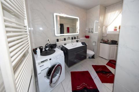 Tageslicht-Badezimmer Barrierefreie, sonnige 2-Zimmer-Wohnung mit Gartenanteil in Röthenbach b. Schweinau