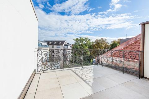 Terrasse zum ruhigen Innenhof Exzellent sanierte 3,5-Zimmer-Dachgeschoss-Wohnung in prächtigem Stadtpalais
