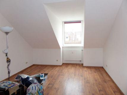 Schlafzimmer 3-Zimmer-DG-Wohnung mit Süd-Terrasse, neuer EBK, in München-Milbertshofen zum Selbstbezug