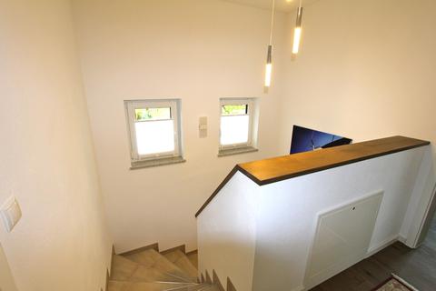 Treppenhaus OG -VERKAUFT- Neuwertiges Einfamilienhaus mit großem Garten in Ortsrandlage von Feldkirchen