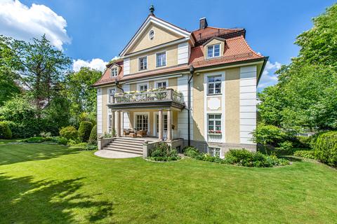 Die Villa liegt eingebettet in einem sonnigen, parkartigen Südgarten Rarität: Exquisite historische Villa in Toplage