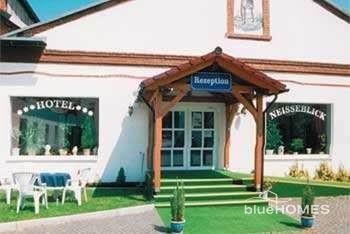 PRD13406_mvc-001f.jpg Hotel-Areal mit Messehallen, Schlosserei und mehr