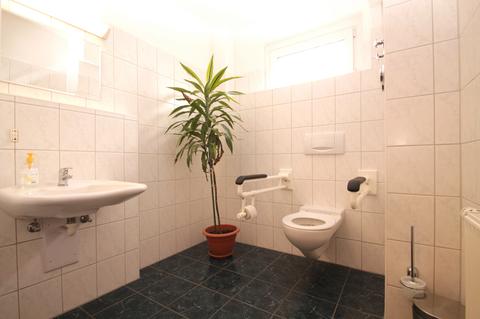 behinderten gerechtes WC Große Gewerbeeinheit mit attraktiver 218 m² Fläche in zentraler Rostocker Stadtlage.