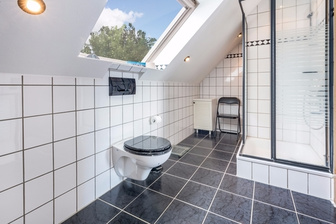 Duschbad Gepflegtes Fachwerkanwesen mit Privatsee und Nebengebäuden