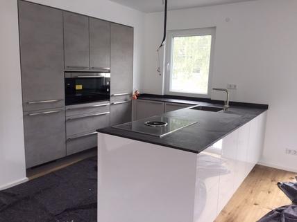 Beispiel Küche Erstbezug: 3-Zi-Wohnung inkl. Hobbyraum, großem Privatgarten, und exkl. Marken-Einbauküche!