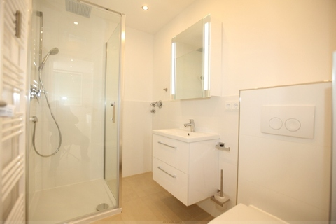 Luxuriöses Badezimmer Luxuriös renovierte 1-Zi.-Whg. mit Süd-Balkon und separater Küche mit Fenster in Planegg